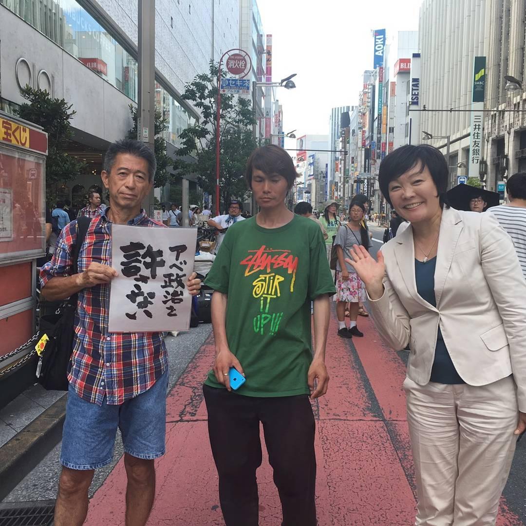 首相夫人の安倍昭恵さん「昨日はこんな人たちとも写真を撮ったり、握手をしてみました」
