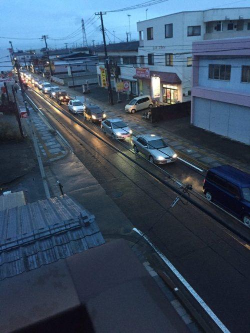 命の危機が迫ってても道交法をきちんと守って渋滞に並ぶ日本人