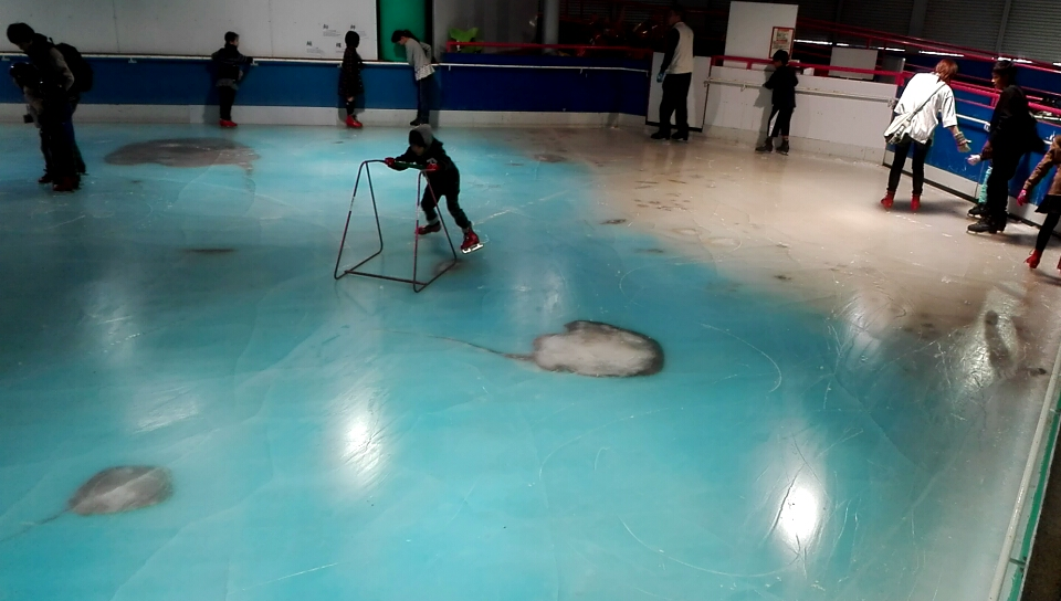 世界初!福岡スペースワールドに5000匹の魚を氷漬けにしたスケートリンク誕生